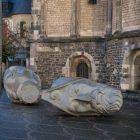 ごろんととこがったまま放置されたBonner Münster教会の石像の首